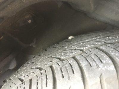 釘が刺さったタイヤ後輪